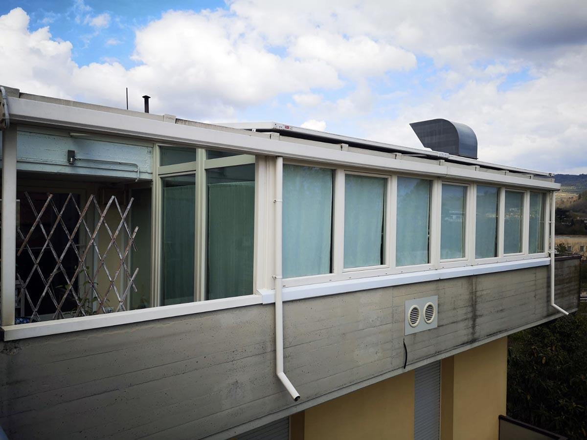 Esterno di una veranda Finstral in PVC e alluminio installata in un terrazzo