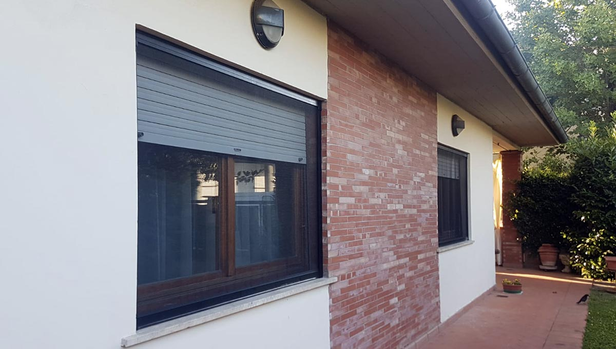 Zanzariere per finestre in una casa con giardino